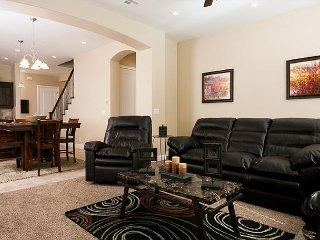 Super family home! Sleeps 14, 2 master suites, loft. Private Hot Tub, Pets OK