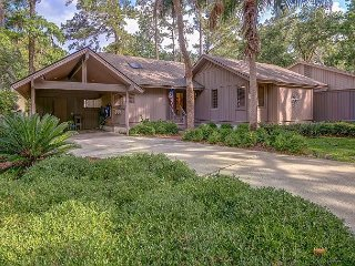 Beautiful Pet Friendly Sea Pines Home, Free Bikes, Pool Access, Walk to Beach