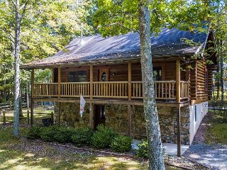 Charming log cabin close to area activities!