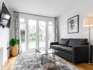 Modern and Stylish 1 bed  with private garden