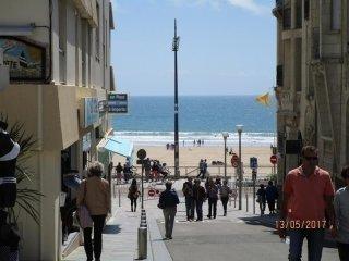 A deux pas de la plage et ses commerces ...