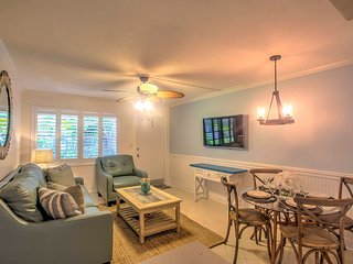Updated Naples Condo w/Shared Pool - Walk to Pier!