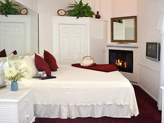 Romantic retreat only one block from the beach w/ ocean views!