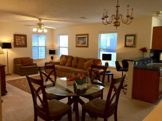 3 BDRM, 2.5 bath, 2 level home - sleeps 10 easily - near downtown Houston, TX
