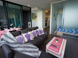 New Luxury Spacious 1B 1B Apartment, free WI-FI & Parking, 1-min to tram