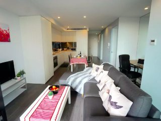 BRAND NEW! Modern 3B 2B Apartment, Free WI-FI & Parking, 1 min to tram