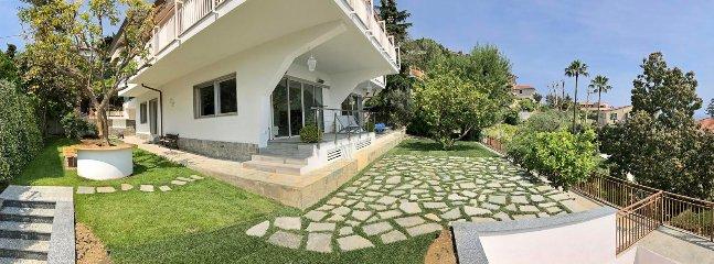 Soldäck på framsidan av fastigheten och citronträd tabellen i väst trädgården