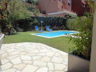viila cerca de la playa con piscina y jardin privado