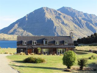 Buchanan Lodge - Luxury Wanaka Lakefront Lodge