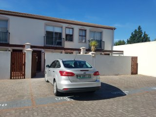 Newly renovated, light, modern town house 5 mins away from Bloubergstrand beach.