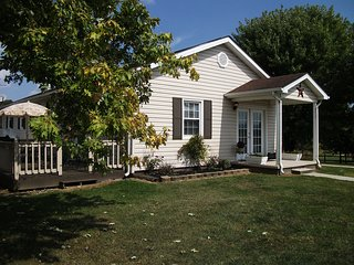 Cozy & Well Equipped Farmhouse w/ Hot Tub, Mountain View & close to Attractions!