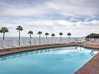 Quiet Avalon Townhome Villa w/Ocean View & Balcony