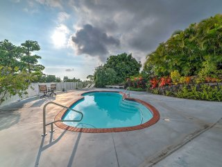 Kailua-Kona Apartment w/ Garden - Close to Beaches