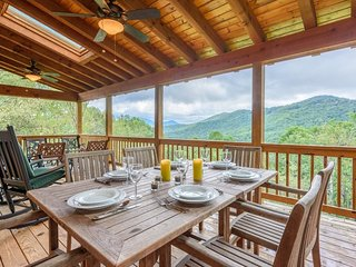 Charming 2BR Cabin in Valle Crucis with Mountain Views, Hot Tub, Fire Pit