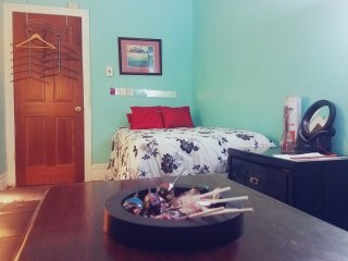 15 Minutes To Manhattn -Amazing Private Bedroom 4 Free Spirit Travelers  (NYC)