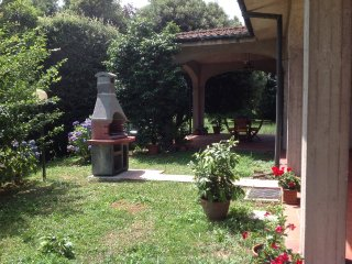 Casa Tessa for 7 people, huge garden, walking distance to amenities. Lucca 5 km