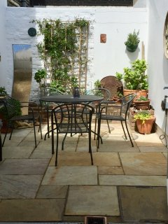 Lovely courtyard garden with BBQ and water feature