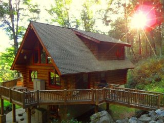 Creek Cabin on 50 acres with Creek Views Hot Tub WiFi - Quintessential Log Cabin