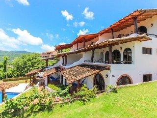 Long-term discounts: Three villas w/ pool & bay/valley views - close to beaches!