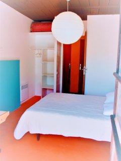 Chambre du bas n°1: lit de couple, bureau, lit-bébé ou matelas d'appoint 90cm de bonne qualité