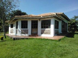 lujosa cabaña coloniales en una hermosa finca campestre, a solo 5 minutos pueblo