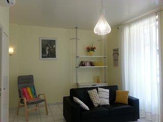 Espace salon - détente dans le canapé ou le fauteuil - quelques romans mis à votre disposition