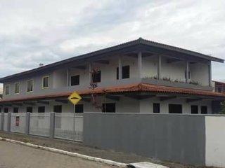 Casa de Praia com 5 quartos e 3 banheiros e estacionamento de 12 até 20 pessoas.