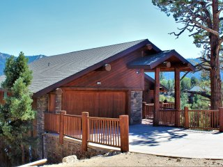 Cliffhanger Cabin: INCREDIBLE Views, GORGEOUS Home! 6 Bed/4 Bath, Spa, Sleeps 15
