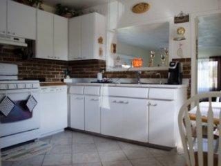 Cucina, con piano cottura, forno a microonde e frigo pieno, piccolo tavolo per gustare il caffè del mattino.