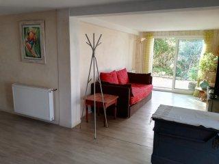 logement tout confort avec terrasse 5 mn plages 10mn hyper centre.