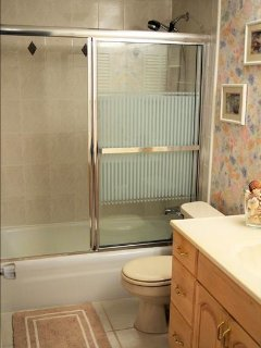 shower/tub combo, spacious counter space bathroom
