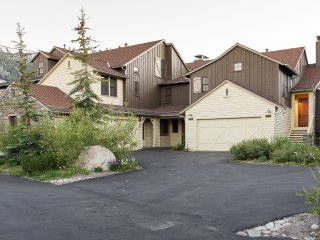 Lodges 1140- Spacious Townhome on Golf Course