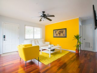 LS 21 - Waterfront Modern Yellow 5 min to Airport/Port