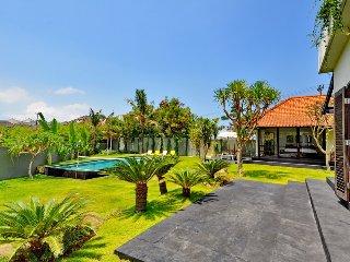 Spacious Garden 4 Bedroom Villa near Beach, Canggu;