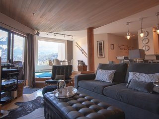 Located in Exclusive Blueberry Hill    Overlooks Whistler Golf Course / 264320