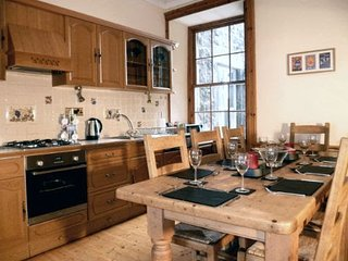 High Street Apartment, overlooks Royal Mile sleeps 5