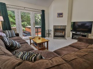 Family-friendly condo w/ private hot tub - one mile from Sunday River Resort