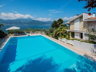 Villa Lorena, panoramic views over the lake Garda, with large pool and moor