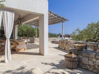 Villa situata a 500 metri dal mare, tra olivi e altre piante secolari
