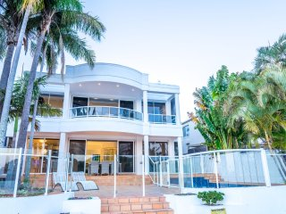 NEW Edgewater On Chevron 5 Bedroom Waterfront House Newly Renovated In Central