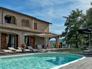 Villa in posizione panoramica in Valtopina con piscina privata ed idromassaggio