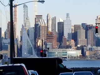AMAZING MANHATTAN SKYLINE VIEWS FROM PORCH,near Bus,Ferry,Times Sq,Manhattan