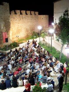 manifestazione estiva nelle mura medioevali