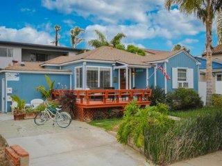 Beautiful Beach Cottage Hot Tub/bikes/ 2 blks to beach/Restaurants/Groceries