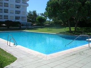 Apartamento bien equipado cerca de la playa y campos de golf.