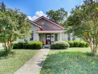 Cozy Fayetteville Home w/Yard - Close to Downtown!