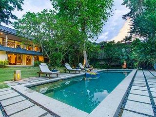 Spacious Tropical Garden 4 Bedroom Villa, Canggu: