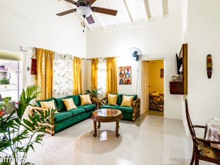 Tropical Getaway Villa, private pool, terrace, sleeps 8, 10 mins Ocho Rios