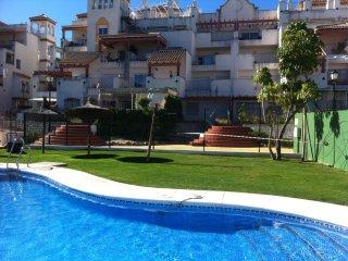 Vivienda Playa Las Piletas con Gran Jardín. Urbanización. Piscina, Paddel. Playa