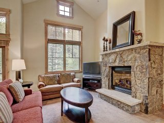 Vaulted Ceilings+Rustic Luxury 2 Blocks to Main St- Sleeps 6
